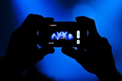 Ruinují fanoušci s telefonem v ruce hudební show?