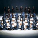 Muzikant si pro nový hudební klip vyrobil sošky z drátů, kamenů a krystalů!