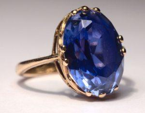 """Safír – drahý kámen """"chrpově modré barvy"""""""