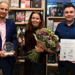 Cenu Český bestseller 2020 získal Šikmý kostel Karin Lednické